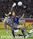 日本―チェコ 後半、決定的場面で左手でゴールを守ったチェコGK・チェフ。奥は李=日産スタジアム