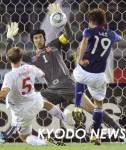 日本―チェコ 後半、GKチェフ(1)にシュートを阻まれる李(19)=日産スタジアム