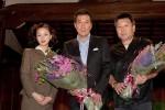 映画と連動したドラマに出演する中越典子(左)から花束を贈呈され、受賞を喜ぶ役所広司(中央)と原田眞人監督