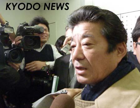 ◎松井新知事が始動 報道陣に囲まれる松井知事  ◎松井新知事が始動 報道陣に囲まれる松井知事 府