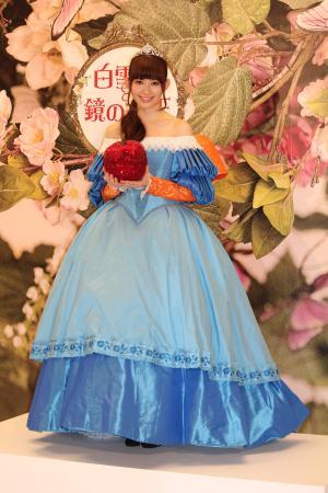 「劇中に出てくる白雪姫の衣装です」と鮮やかなドレス