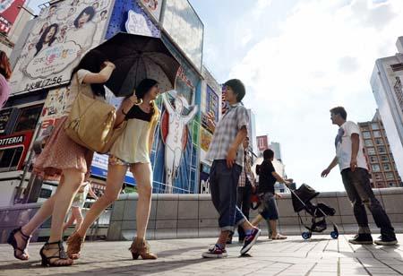◎西日本各地で猛暑日 日傘を差して歩く人たち   ◎西日本各地で猛暑日 日傘を差して歩く人たち