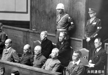 極東国際軍事裁判の法廷に座るA級戦犯。前列左から... 太平洋戦争 戦犯裁判 | 株式会社共同通