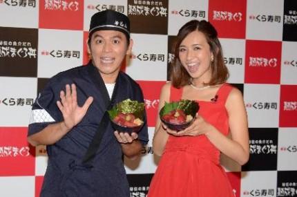くら寿司の新商品に舌鼓を打った岡田圭右(左)と優木まおみ
