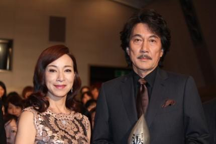 夫婦を演じた原田美枝子(左)と役所広司