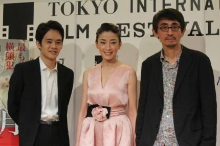 (왼쪽부터)이케마츠소 오스케 미야자와 리에, 요시다 다이 와치 감독