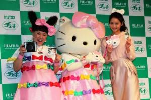 画像:佐々木希、キティちゃんと初対面で大興奮  バービーは「ドバドバ女性ホルモンが出る」