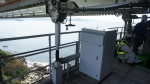 가혹한 환경에의 설치가 가능. 나루토 대교에 내 염해 사양 오프 그리드 전원 시스템 11대를 납품