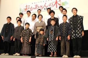 映画『おかあさんの木』の完成披露舞台あいさつに登壇した出演者たち