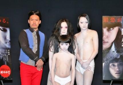 (前列中央)俊雄、(後列左から)伊地知大樹(ピスタチオ)、伽椰子、小澤慎一朗(ピスタチオ) (C)2015『呪怨 -ザ・ファイナル-』製作委員会