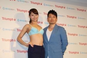 2015トリンプ・イメージガールの永田レイナ(左)と宮迫博之