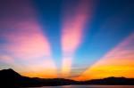 【空の不思議】夕暮れ空に見える謎の光線の正体とは? 画像1