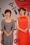 総合司会の有働由美子アナウンサー(左)と綾瀬はるか